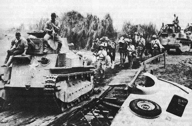 Japanese head into Manila 1942